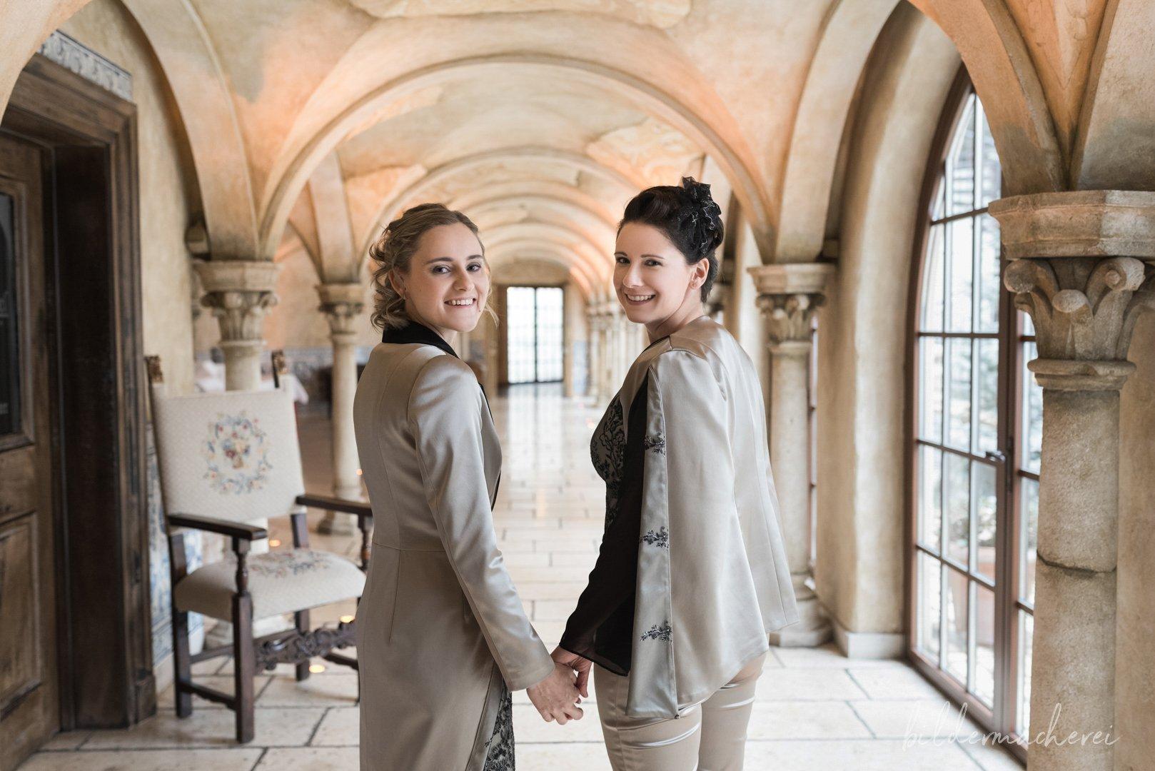 Brautfoto von Linda & Sandra im Gewölbekeller.